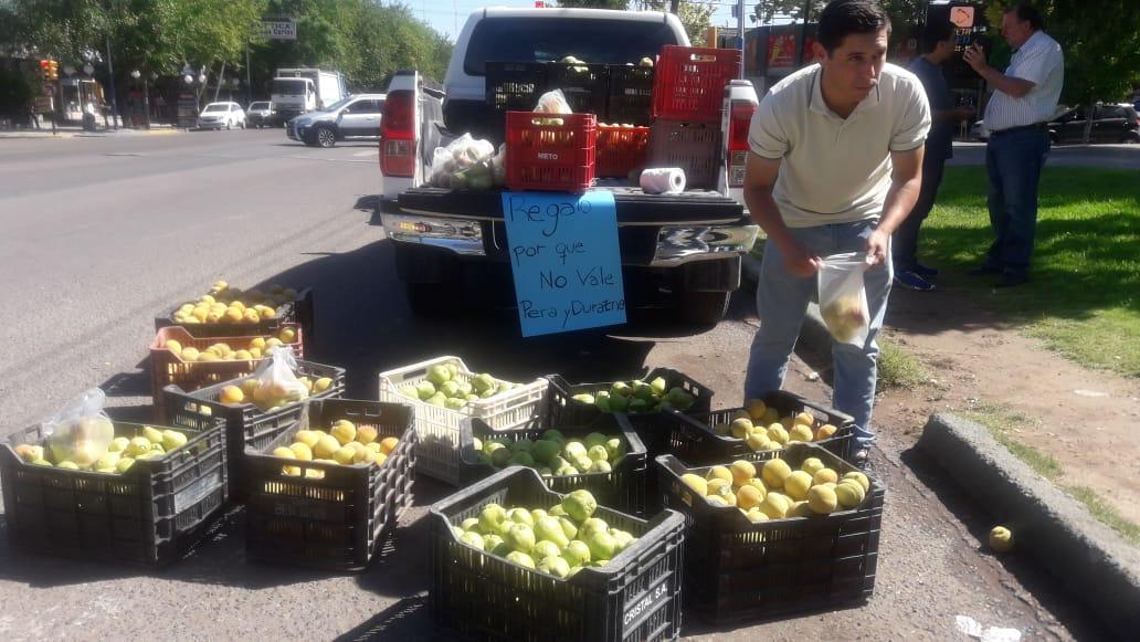 Valle de Uco. Productores regalan FRUTAS como forma de Protesta